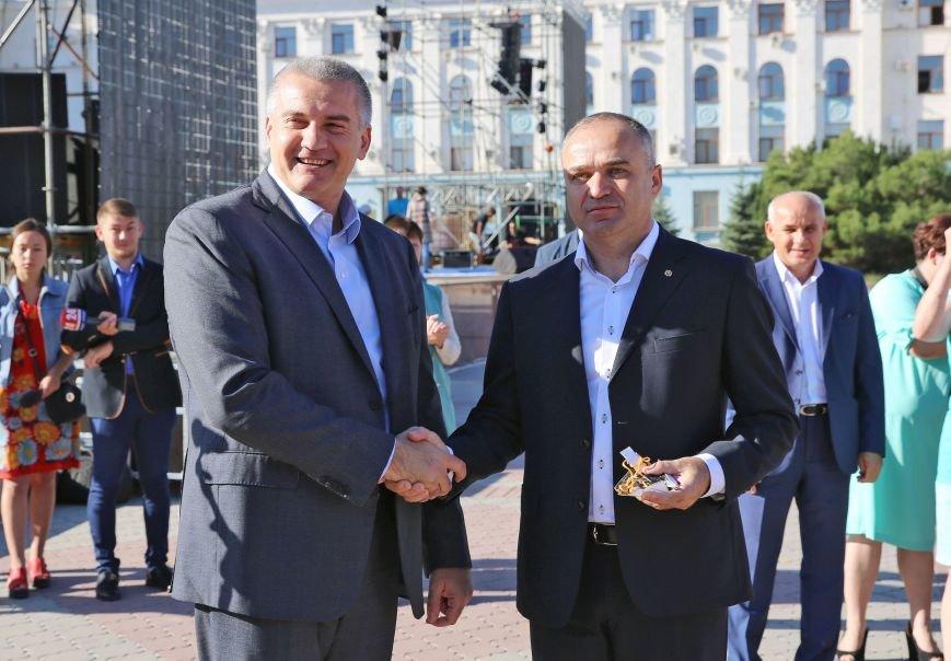 В центре Симферополя прошло вручение ключей от 107 новых школьных автобусов (ФОТО), фото-3