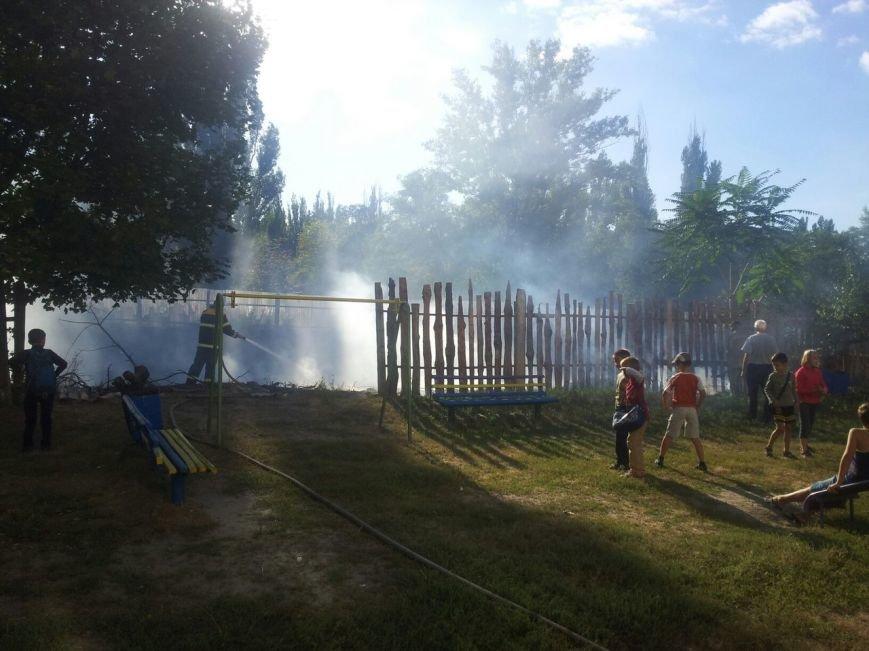 Рядом со школой №30 горело заброшенное строительство (ФОТО), фото-1