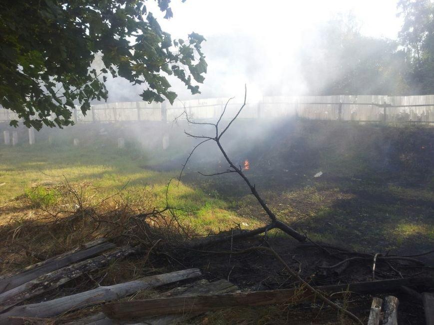 Рядом со школой №30 горело заброшенное строительство (ФОТО), фото-2