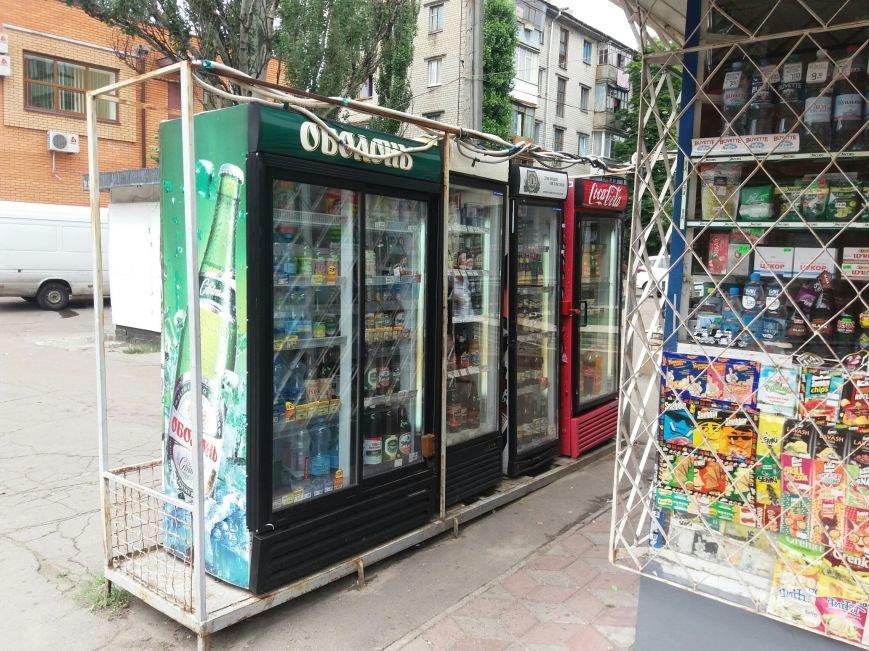 В Кременчуге демонтируют холодильники, которыми заставлены тротуары и остановки (ФОТО), фото-3