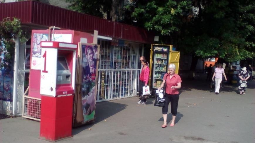 В Кременчуге демонтируют холодильники, которыми заставлены тротуары и остановки (ФОТО), фото-1