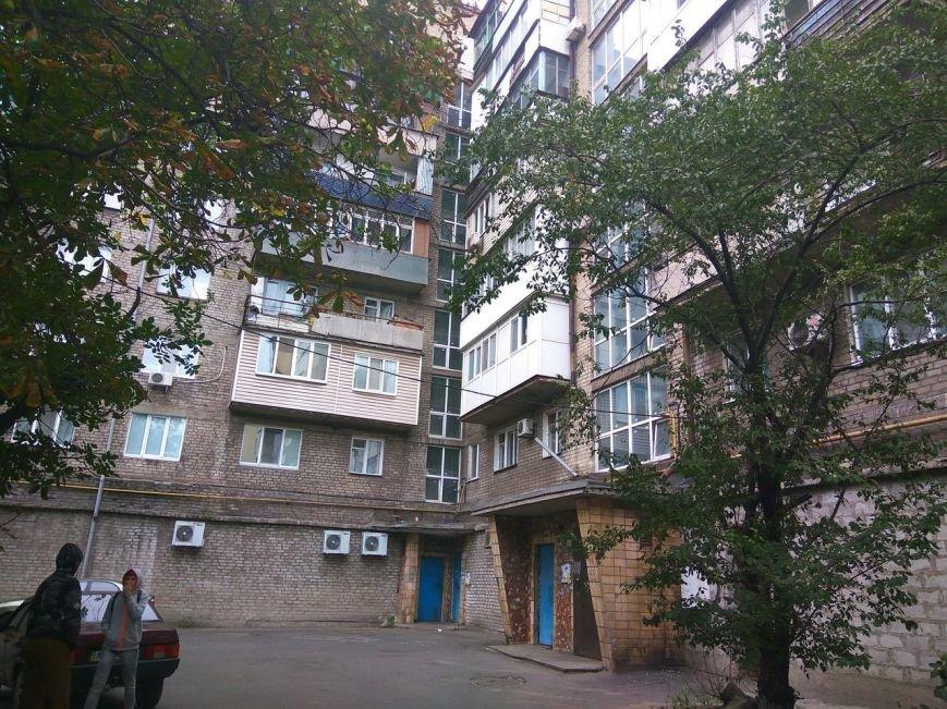 В Мариуполе пьяный мужчина бросал петарды с балкона (ВИДЕО), фото-1