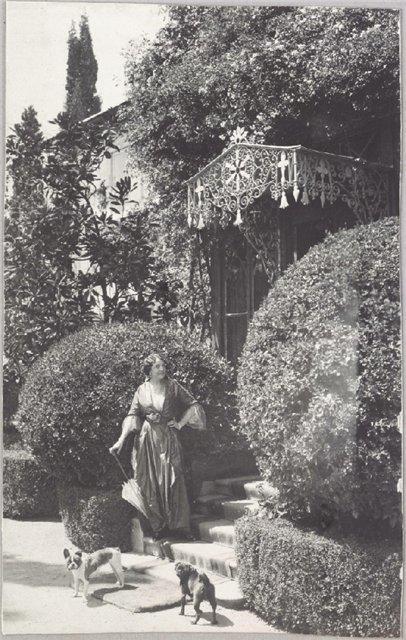 29- Лили Ностиц на пороге ялтинского дома