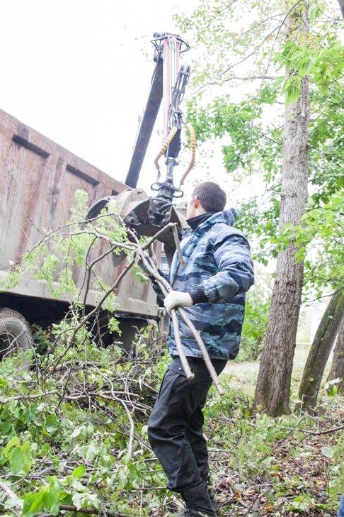 Жители южной части Полевского совместными усилиями прибрали парк, фото-18
