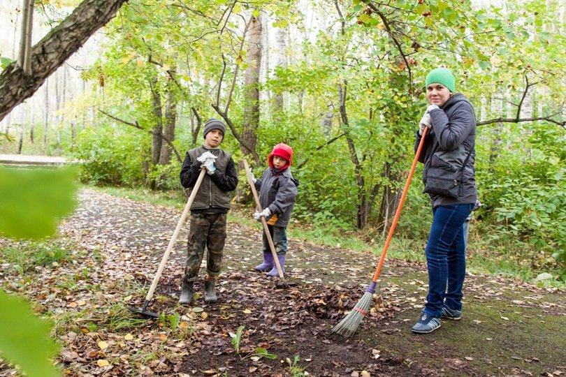 Жители южной части Полевского совместными усилиями прибрали парк, фото-3