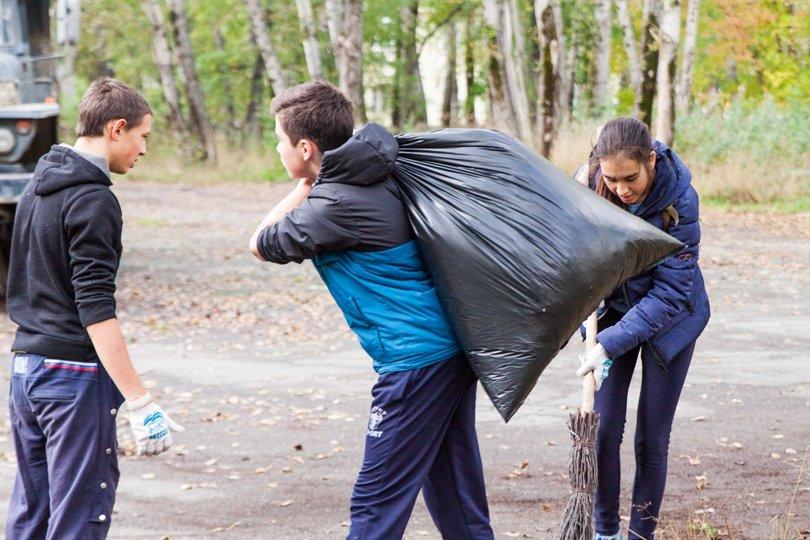 Жители южной части Полевского совместными усилиями прибрали парк, фото-2