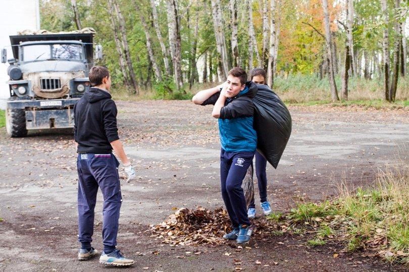Жители южной части Полевского совместными усилиями прибрали парк, фото-1