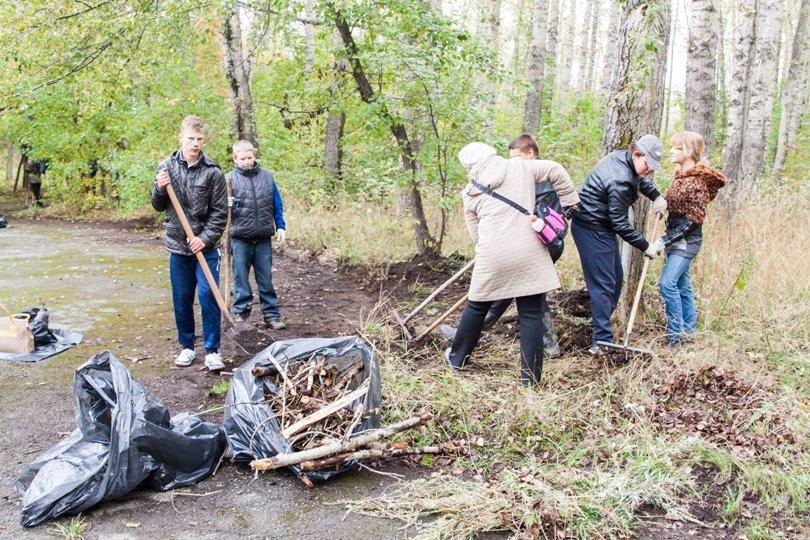 Жители южной части Полевского совместными усилиями прибрали парк, фото-5