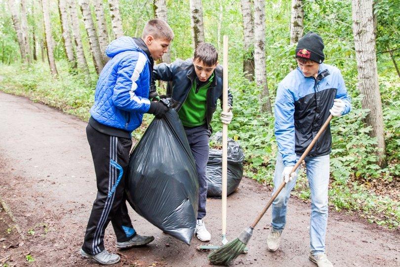 Жители южной части Полевского совместными усилиями прибрали парк, фото-14