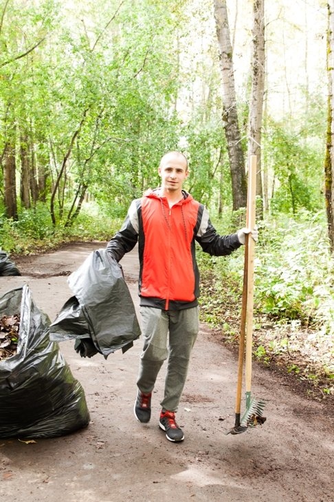 Жители южной части Полевского совместными усилиями прибрали парк, фото-12
