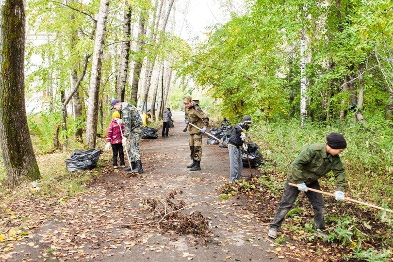 Жители южной части Полевского совместными усилиями прибрали парк, фото-11