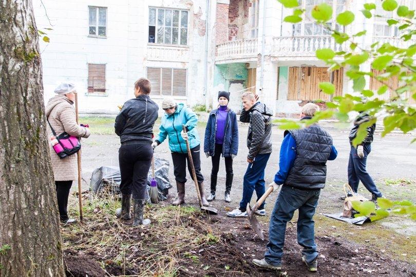Жители южной части Полевского совместными усилиями прибрали парк, фото-4