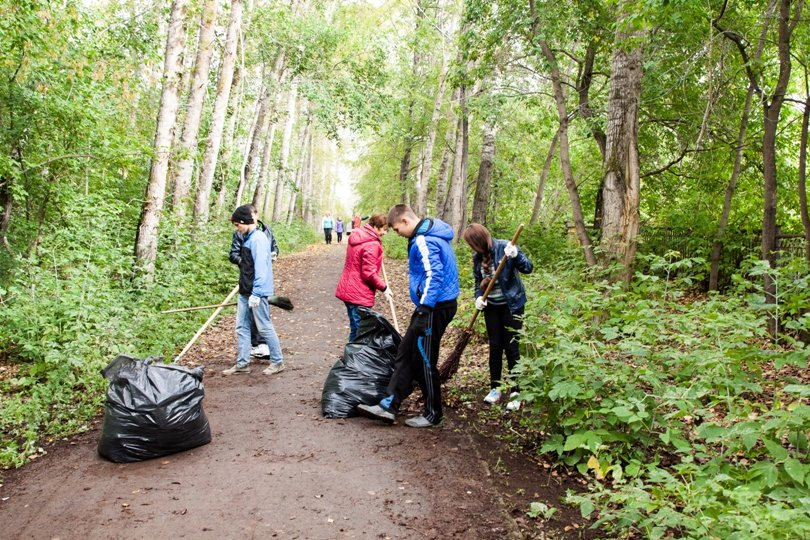 Жители южной части Полевского совместными усилиями прибрали парк, фото-13