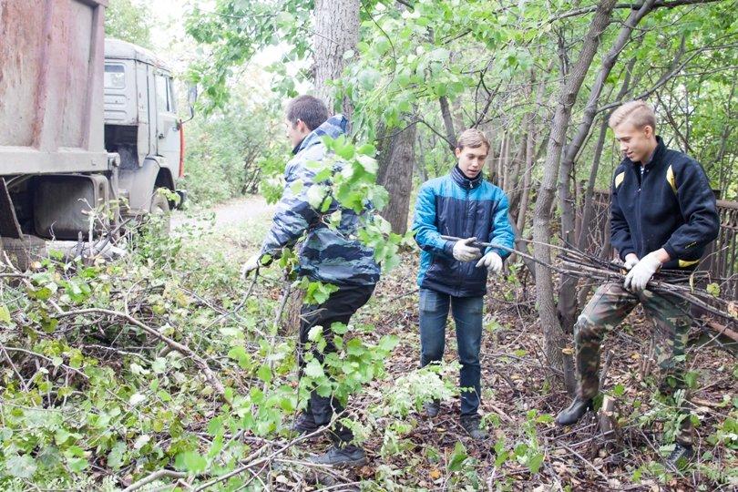 Жители южной части Полевского совместными усилиями прибрали парк, фото-17