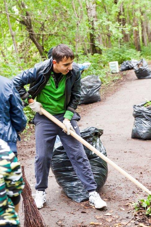 Жители южной части Полевского совместными усилиями прибрали парк, фото-15