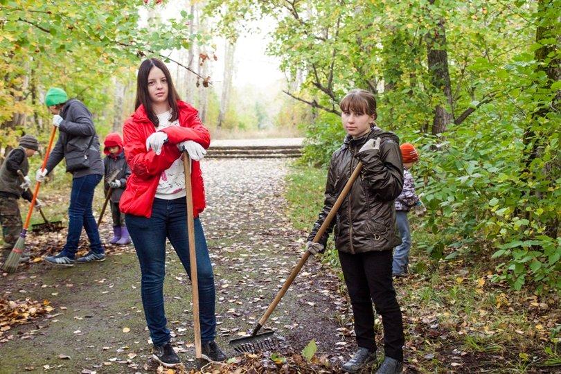 Жители южной части Полевского совместными усилиями прибрали парк, фото-20