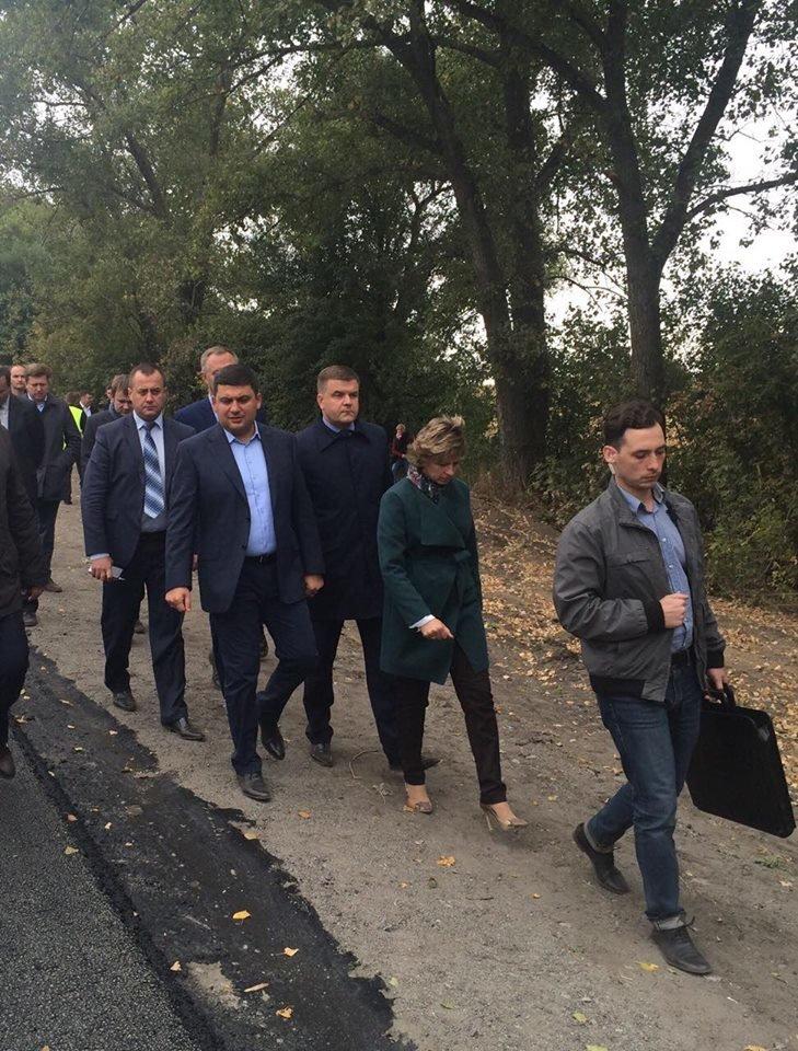 Премьер Гройсман проинспектировал ремонт дороги Полтава-Кременчуг (ФОТО), фото-1