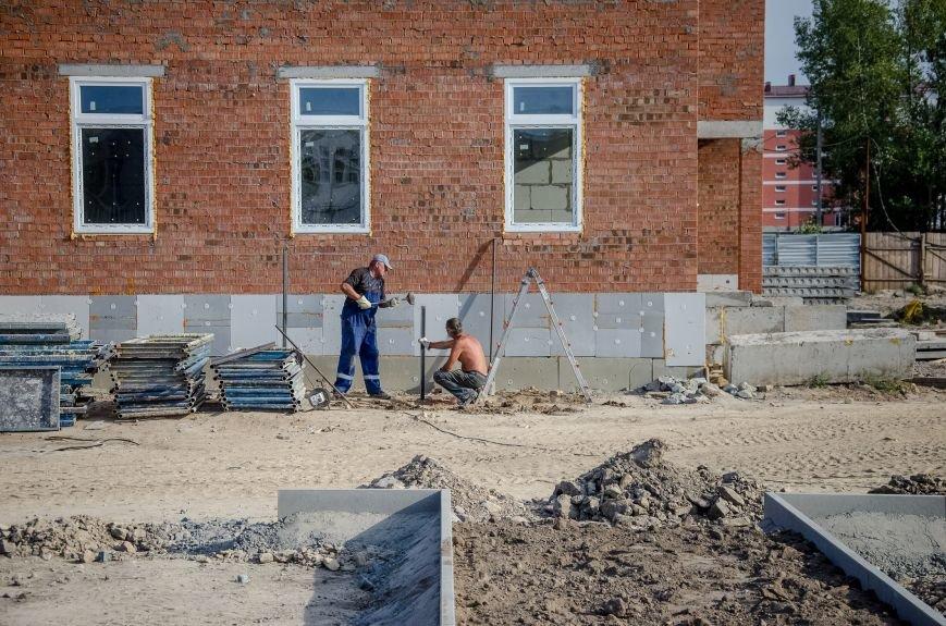 6 Будівельники працюють над фасадом.