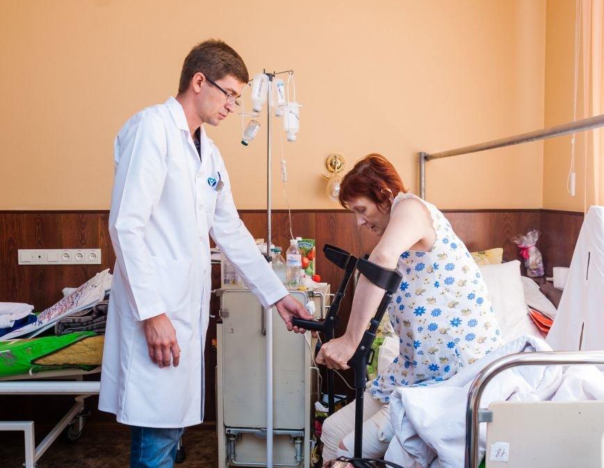 ЗОКБ_пациентка Анна Владимировна и заведующий клиникой ортопедии И. Забелин
