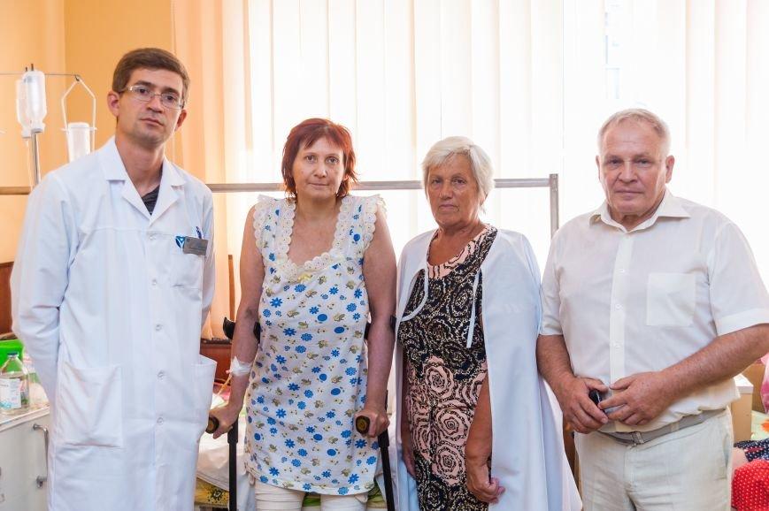 ЗОКБ_заведующий клиникой ортопедии И.Забелин, пациентка с мамой и главврач Приморской ЦРБ Е. Гогунский