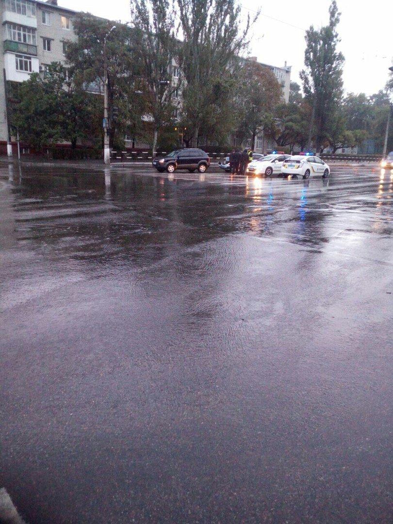 В Кременчуге в сегодняшнее утро произошло три ДТП: авто врезаются друг в друга и в деревья (ФОТО), фото-1