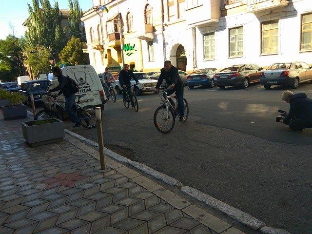 Мариупольские депутаты приехали на сессию горсовета на велосипедах (ФОТО), фото-1