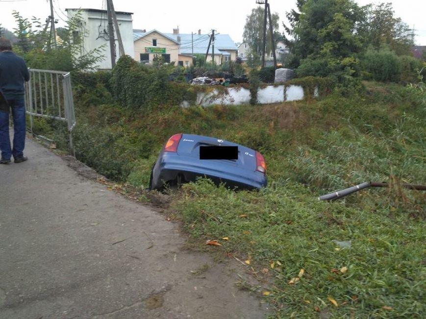 На Львівщині водій легковика через власну необачність з'їхав у кювет і отримав важкі травми (ФОТО), фото-1