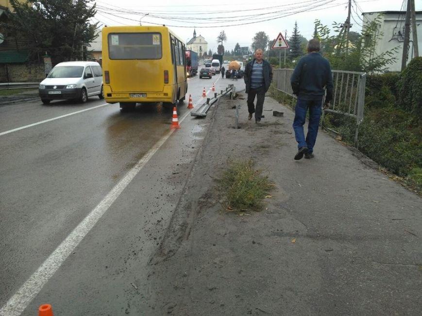 На Львівщині водій легковика через власну необачність з'їхав у кювет і отримав важкі травми (ФОТО), фото-2