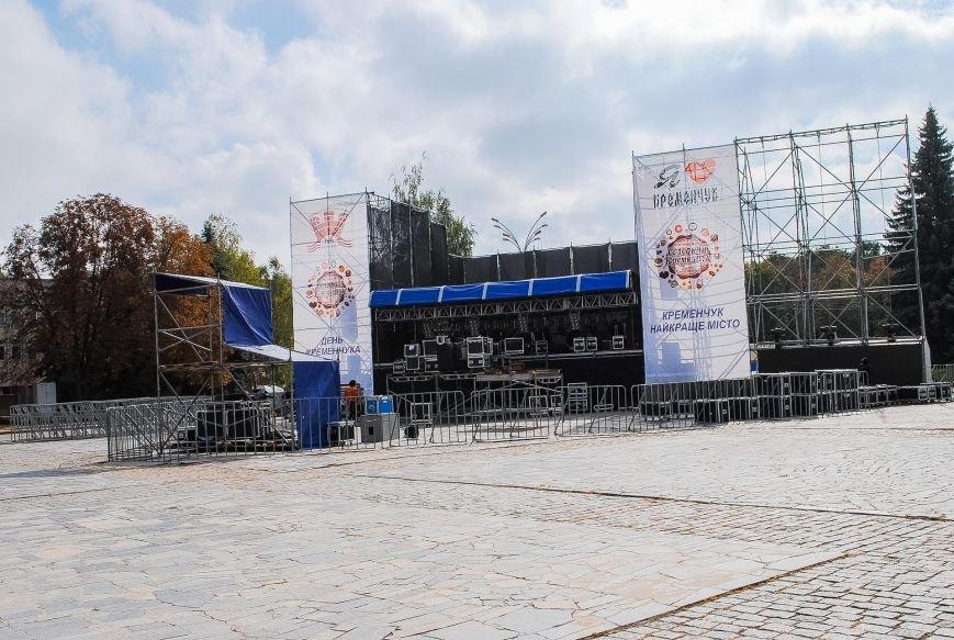 Огромная сцена и деревянные домики для торговли: как Кременчуг готовится к фестивалю сладостей, фото-1