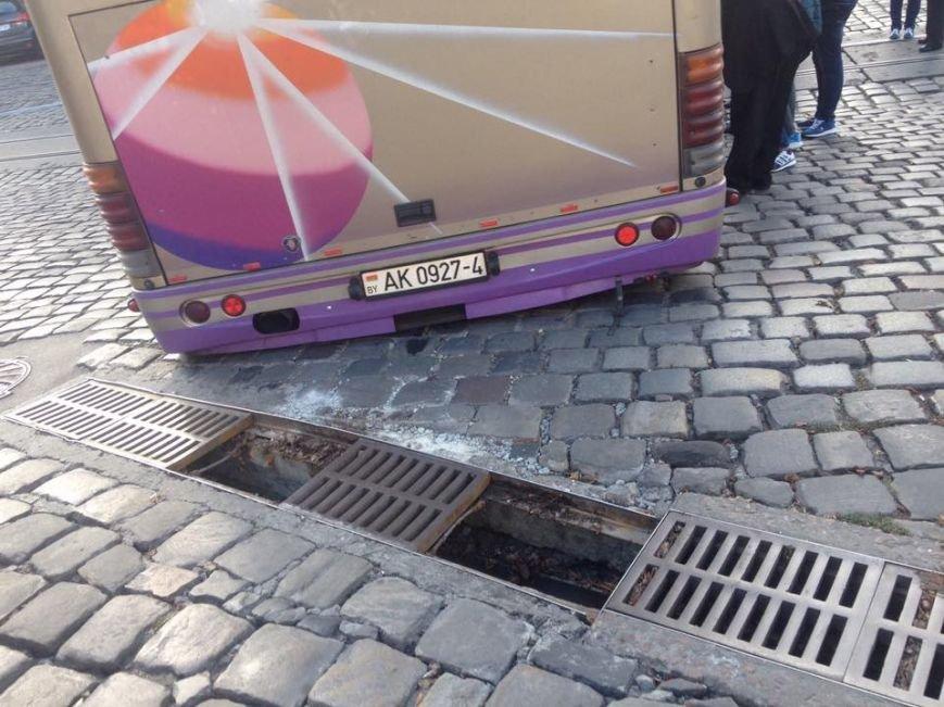 У центрі Львова під час руху провалився під землю автобус (ФОТО), фото-1