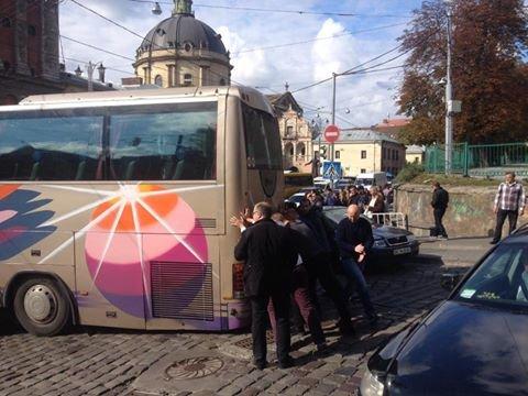 У центрі Львова під час руху провалився під землю автобус (ФОТО), фото-2