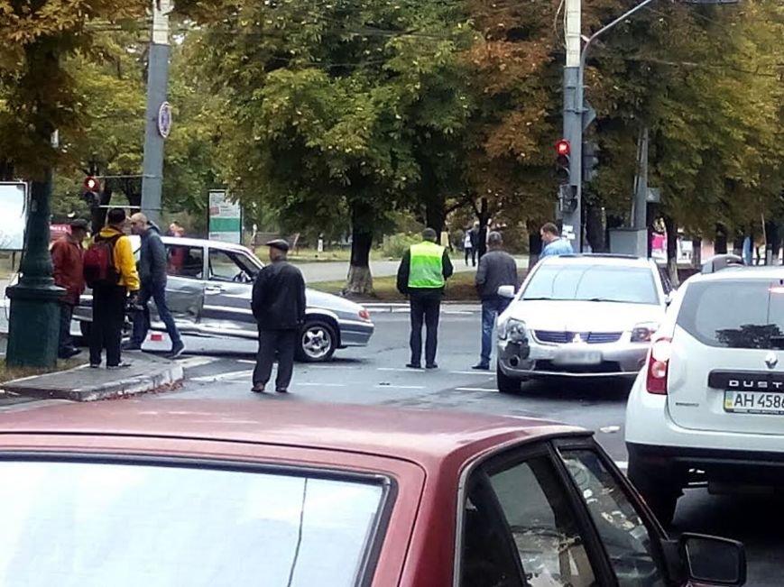 В центре Мариуполя столкнулись Mitsubishi и «Лада» (ФОТО), фото-1