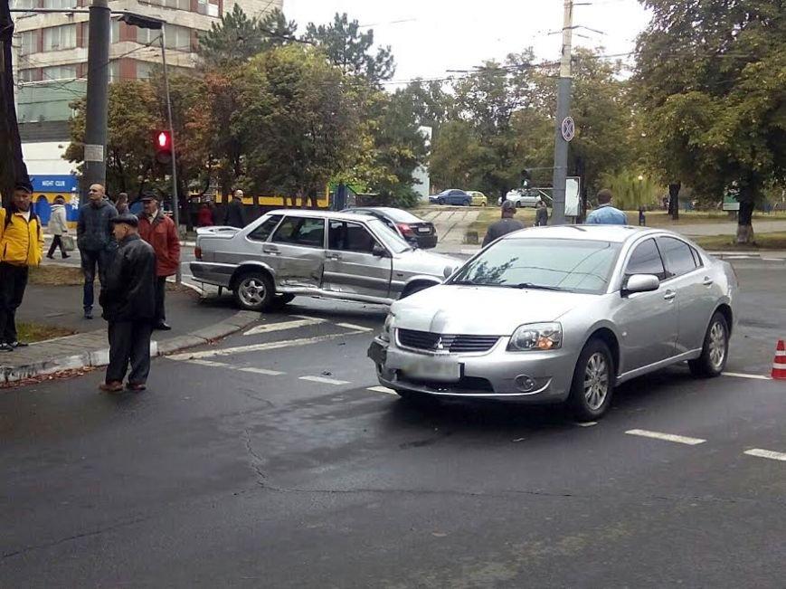 В центре Мариуполя столкнулись Mitsubishi и «Лада» (ФОТО), фото-2