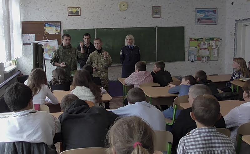 Школьникам из прифронтовых сел под Мариуполем полицейские показали боевое оружие (Фотофакт), фото-2