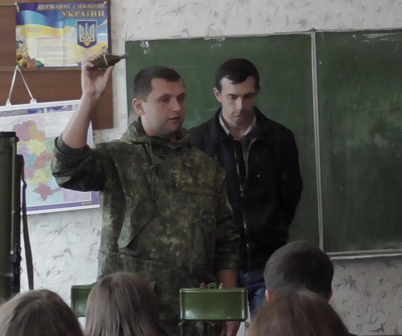 Школьникам из прифронтовых сел под Мариуполем полицейские показали боевое оружие (Фотофакт), фото-3