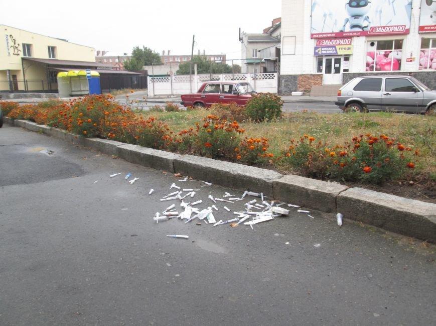 ОБЕРЕЖНО: У центрі Новограда-Волинського невідомий влаштував звалище використаних шприців, фото-1
