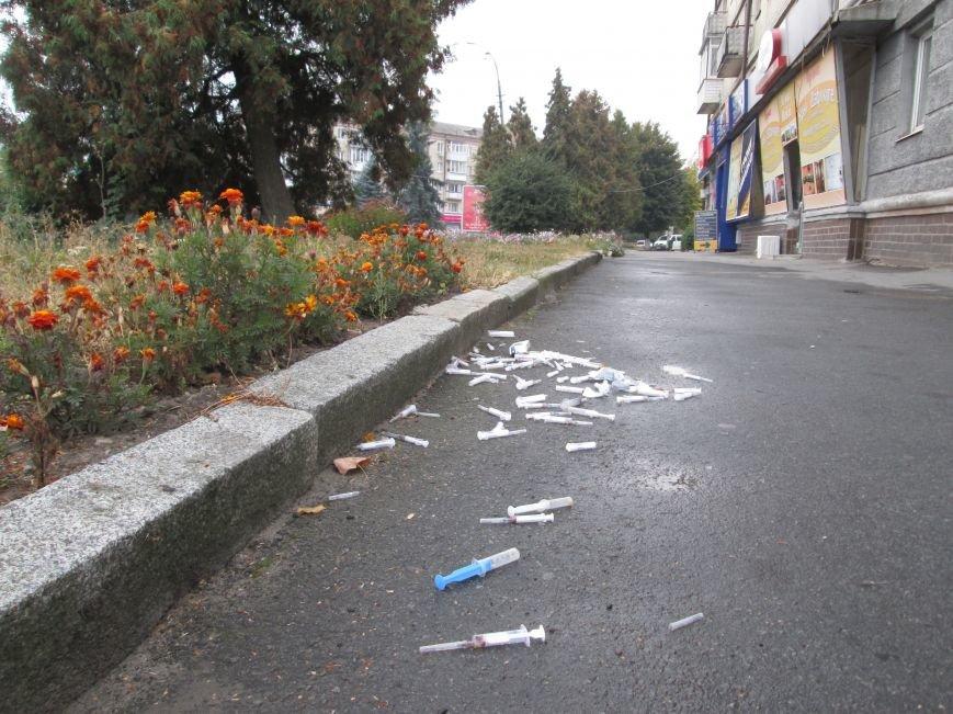 ОБЕРЕЖНО: У центрі Новограда-Волинського невідомий влаштував звалище використаних шприців, фото-3