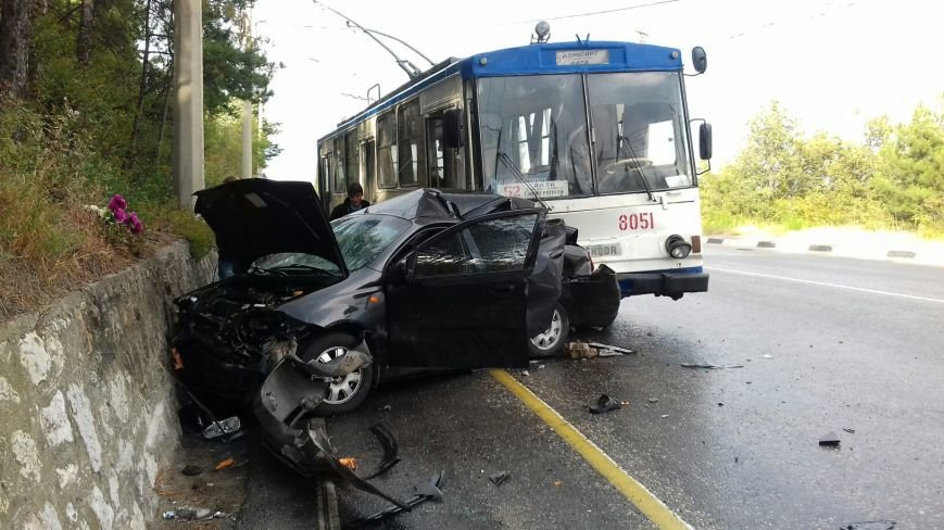 На трассе Симферополь-Ялта столкнулись легковушка и троллейбус (ФОТО, обновлено), фото-1