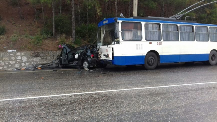 На трассе Симферополь-Ялта столкнулись легковушка и троллейбус (ФОТО, обновлено), фото-2