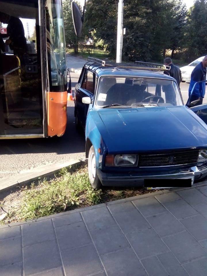 У Львові маршрутка зіштовхнулась із двома автомобілями (ФОТО), фото-2
