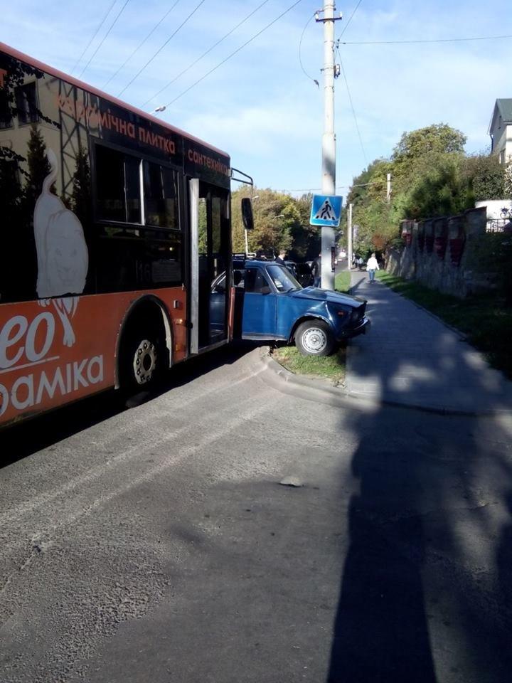 У Львові маршрутка зіштовхнулась із двома автомобілями (ФОТО), фото-3