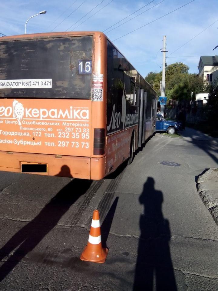 У Львові маршрутка зіштовхнулась із двома автомобілями (ФОТО), фото-5