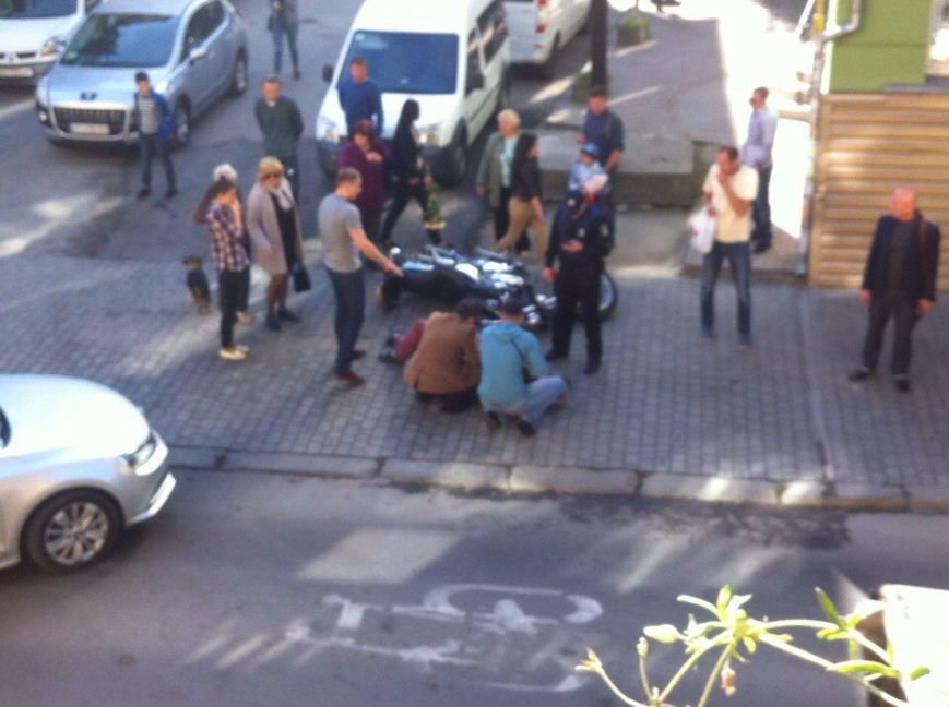 """У центрі Франківська мотоцикліст """"йшов на обгін"""" та влетів у легковик (ФОТО), фото-1"""