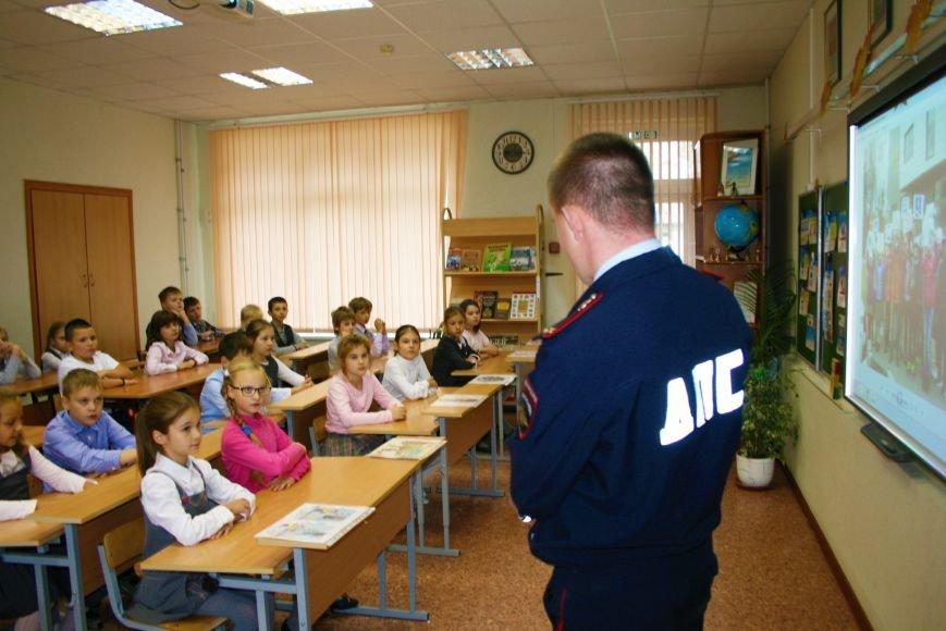 В Начальной общеобразовательной школе Троицка прошёл рейд «Засветись! Стань заметней на дороге!», фото-1
