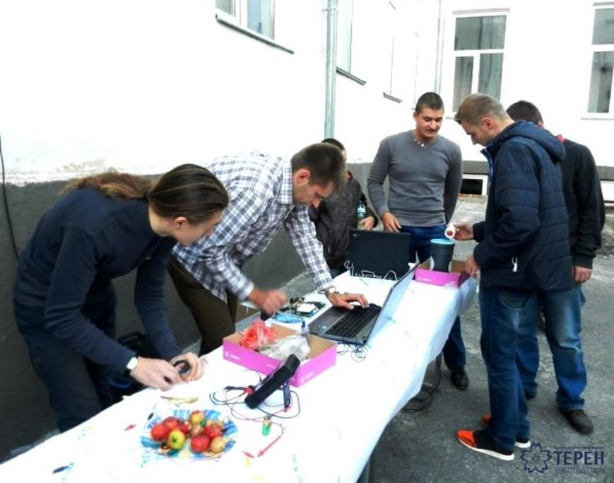 У Тернополі студенти заряджали гаджети від овочів (фото), фото-2