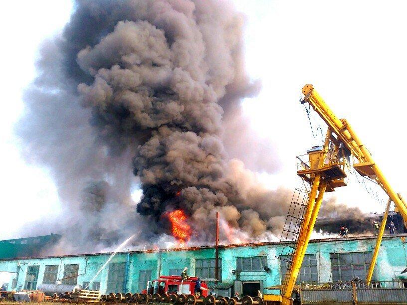 Масштабна пожежа в Тернополі: горів дах вагонного депо (фото), фото-1