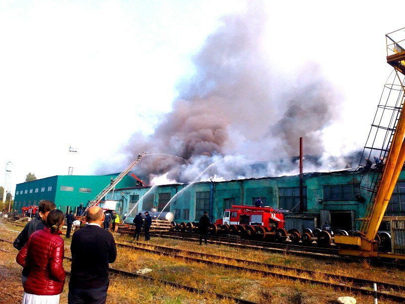 Масштабна пожежа в Тернополі: горів дах вагонного депо (фото), фото-2