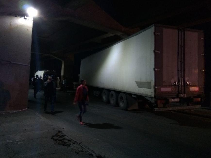 В Запорожье на мосту чуть не перевернулась фура: движение парализовано (ФОТО, ВИДЕО), фото-5