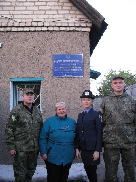 Согреем старость добротой и заботой! - полицейские Доброполья поздравили пожилых людей с их праздником, фото-2