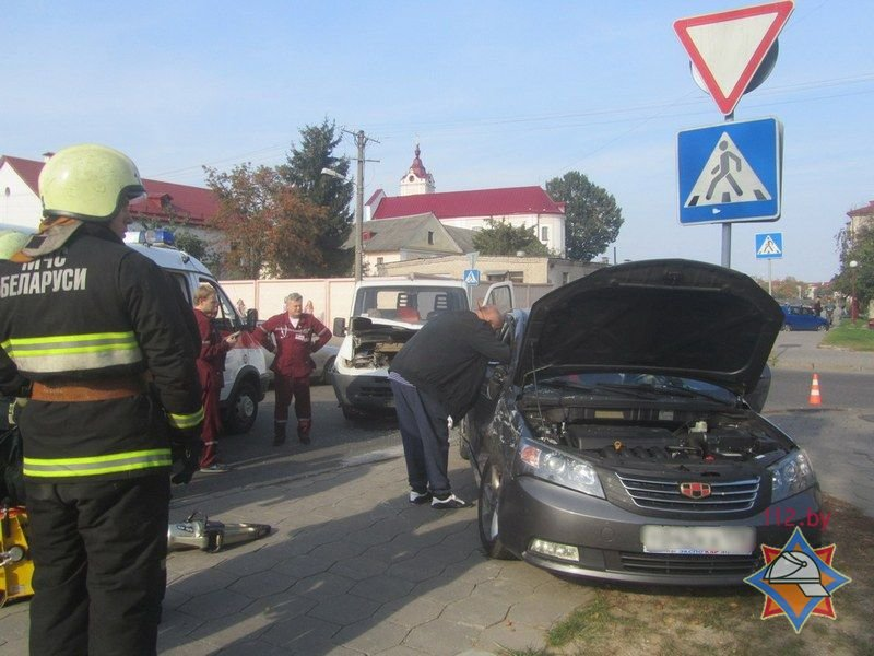Не проскочил: в Гродно микроавтобус отбросил легковушку на тротуар - пострадала девушка-пассажир, фото-4